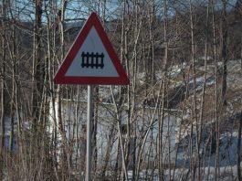 Знак железнодорожный переезд со шлагбаумом